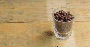 Kaffekopp, en träbakgrund Arkivbild