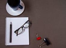 Kaffekopp, exponeringsglas och kontorstillförsel Isolerat p? bakgrund royaltyfri foto