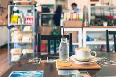 Kaffekopp i coffee shop Fotografering för Bildbyråer