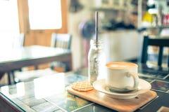 Kaffekopp i coffee shop Arkivfoto