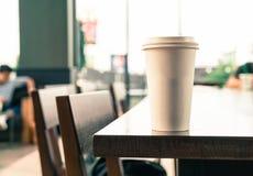 Kaffekopp i coffee shop arkivfoton