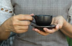 Kaffekopp i kvinnahand Royaltyfri Bild