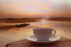 Kaffekopp i morgonen på belägen mitt emot seascape för terrass Royaltyfri Foto