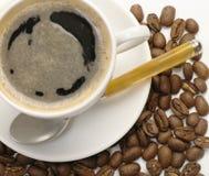 Kaffekopp. Kaffebönor på wite Arkivfoto