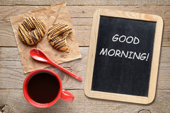 Kaffekopp, kakor och liten svart tavla Arkivfoto