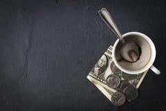 Kaffekopp, kassa och sked royaltyfri fotografi