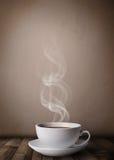 Kaffekopp med abstrakt vit ånga Royaltyfri Foto