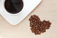 Kaffekopp med bönor Arkivfoto