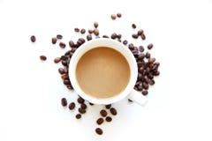 Kaffekopp med bönor som isoleras på vit bakgrund Royaltyfria Bilder