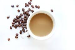 Kaffekopp med bönor som isoleras på vit bakgrund Arkivbild