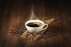 Kaffekopp med bakgrund för kaffebönor Royaltyfri Fotografi