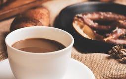 Kaffekopp med bröd på säckvävtyg stekt ägg för kopp för frukostkaffebegrepp arkivfoton