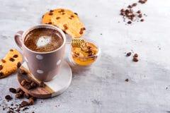 Kaffekopp med chokladkakor på stenbakgrund med honung- och metallhonungpinnen med kopieringsutrymme royaltyfri fotografi