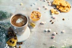 Kaffekopp med chokladkakor på stenbakgrund med honung- och metallhonungpinnen med kopieringsutrymme Jul royaltyfria foton