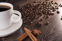 Kaffekopp med cikorien, kaffebönor Arkivbild