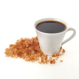 Kaffekopp med crystal karamellsocker Arkivbild