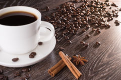 Kaffekopp med den kaffebönor och cikorien Arkivfoton