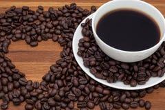 Kaffekopp med förälskelse- och hjärtatecknet Royaltyfri Fotografi
