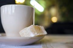Kaffekopp med godisen Royaltyfri Bild