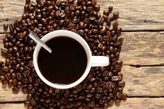 Kaffekopp med grillade kaffebönor fotografering för bildbyråer