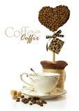Kaffekopp med handen - gjord topiary av kaffebönor Royaltyfri Fotografi