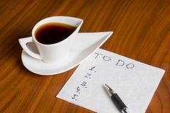 Kaffekopp med handskrifttodolistan på servett Fotografering för Bildbyråer