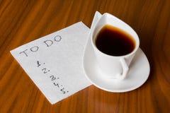 Kaffekopp med handskrifttodolistan på servett 2 Arkivbild
