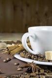 Kaffekopp med kanel och socker Royaltyfri Foto