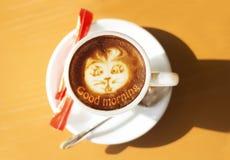 Kaffekopp med konst Arkivfoto