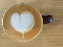 Kaffekopp med konst för hjärtaformlatte Arkivbild
