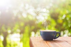Kaffekopp med på den wood tabellen royaltyfri bild