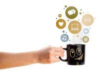 Kaffekopp med samkvämmen och massmediasymboler i färgrika bubblor Royaltyfria Bilder
