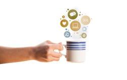 Kaffekopp med samkvämmen och massmediasymboler i färgrika bubblor Arkivfoto