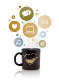 Kaffekopp med samkvämmen och massmediasymboler i färgrika bubblor Arkivfoton
