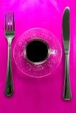 Kaffekopp med sauceren med bestick. Fotografering för Bildbyråer
