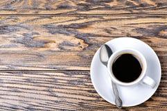 Kaffekopp med skeden och tefatet på tabellen Fotografering för Bildbyråer