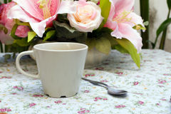 Kaffekopp med skeden på tabellen Royaltyfria Foton