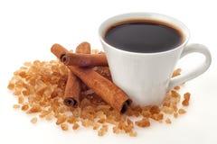 Kaffekopp med socker och kanel Arkivbilder
