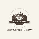 Kaffekopp med stadbakgrundsetiketten Arkivfoto