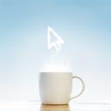 Kaffekopp med symbol för muspilmarkör Arkivbild