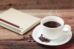 Kaffekopp och anmärkningsbok Royaltyfri Fotografi