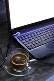 Kaffekopp och bärbar dator Royaltyfria Bilder