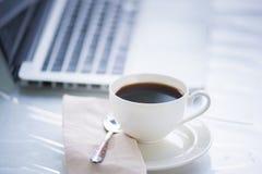 Kaffekopp och bärbar dator för affär Royaltyfri Fotografi