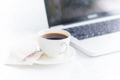 Kaffekopp och bärbar dator för affär Royaltyfri Bild