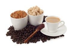 Kaffekopp och bönor med socker och kanel Royaltyfri Bild
