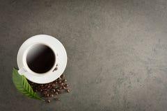 Kaffekopp och bönor på det gamla köksbordet Bästa sikt med copyspa Arkivfoton