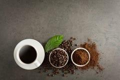 Kaffekopp och bönor på det gamla köksbordet Bästa sikt med copyspa Arkivbilder