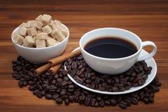 Kaffekopp och bönor på en trätabell Royaltyfri Foto