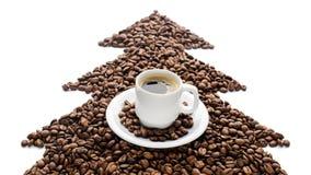 Kaffekopp och bönor som isoleras på vit bakgrund Fotografering för Bildbyråer