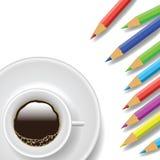 Kaffekopp och blyertspennor Arkivfoto